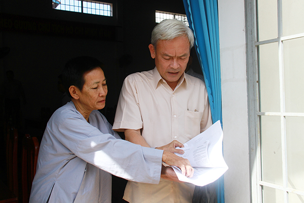 The voters met to present the petition to the secretary and chairman of the Provincial People's Council Nguyen Phu Cuong