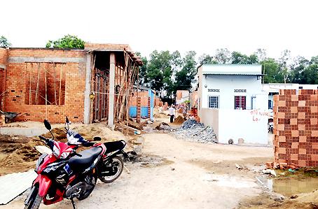 Những căn nhà xây trái phép trên đất nông nghiệp tại ấp Bình Hóa, xã Hóa An.
