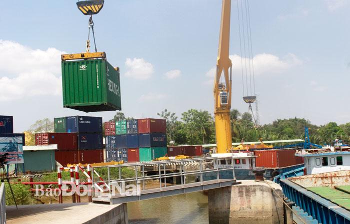 Bốc dỡ hàng hóa xuất nhập khẩu tại cảng cạn ICD Nhơn Trạch thuộc Tổng công ty Cảng Sài Gòn