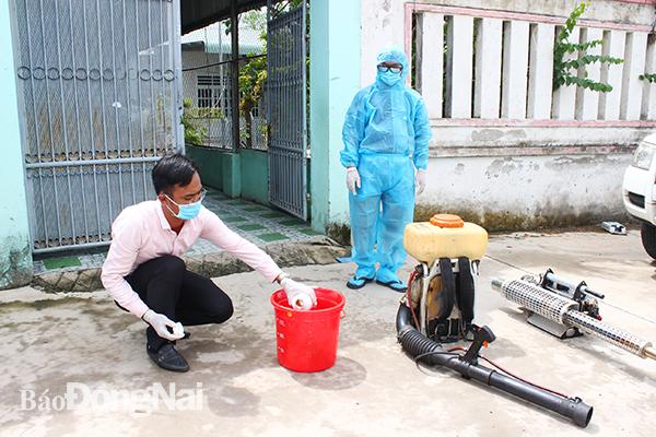 Lực lượng chức năng tổ chức phun hóa chất diệt muỗi tại P.Trảng Dài, TP.Biên Hòa.